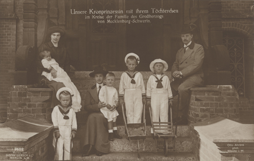 Otto Ahrens. Unsere Kronprinzessin mit ihrem Töchterchen im Kreise der Familie des Großherzogs von Mecklenburg-Schwerin. Ansichtskarte