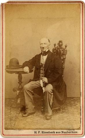 H. F.(erdinand) Riesebeck. CDV eines Herrn mit Reservistenpfeife. Rückseite blanko