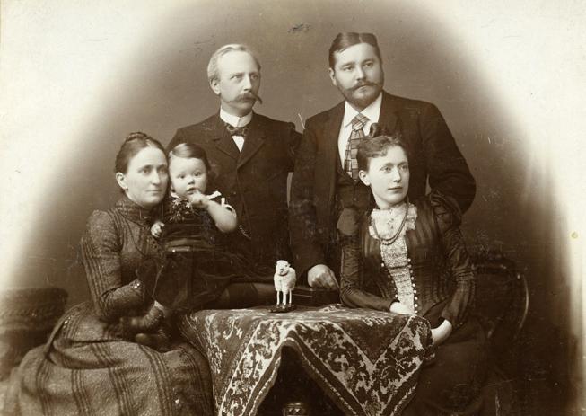 von links nach rechts: Emma Neuwerth, Wilhelm Pölck junior, Alexander Neuwerth, Wilhem Pölck, Frieda Pölck, geb. Neuwerth. Das Bild ist etwa 1892/3 entstanden. (Rechte: Stadtarchiv der Hansestadt Rostock)