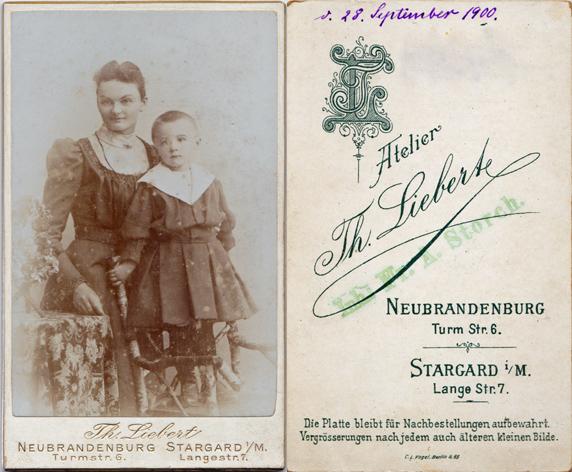 Der Karton ist von Th. Liebert, die Aufnahme stammt wohl von Frau A. Storch, wie an dem grünlichen Stempel auf der Bildrückseit zu erkennen ist. Frau Storch übernahm 1900 die Ateliers in Neubrandenburg und in Stargard von Liebert.