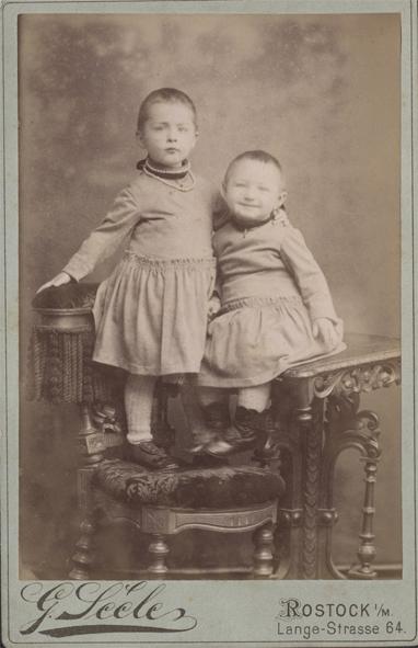 Johanna (links) und Elsa, 1889. Fotograf: G. Seele