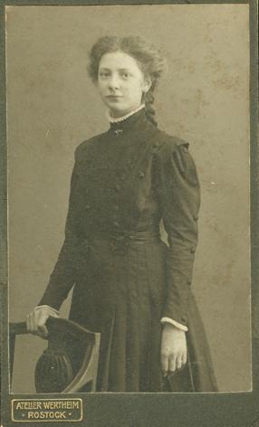 Erna, um 1910. Atelier Wertheim