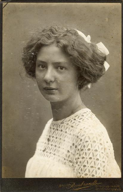 Erna Gribnitz, um 1912. Aufnahme: Atelier Rembrandt, Strassburg i./E.