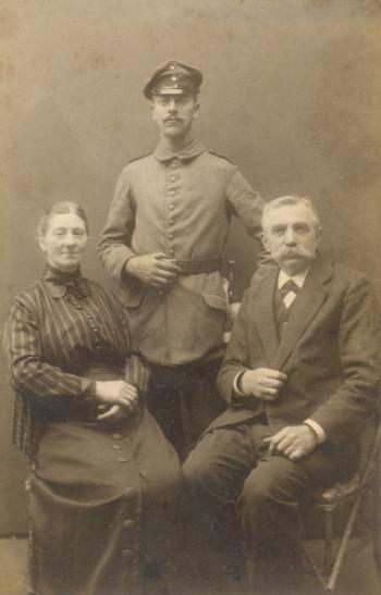 Anna, Richard und Heinrich Gribnitz, um 1915. Fotopostkarte