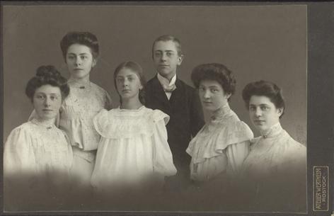 Die Geschwister Gribnitz, um 1910. Links Elsa, dritte von links Erna, daneben Richard. Atelier Wertheim