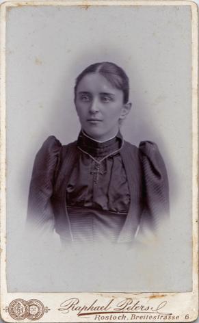 Erna Dieckhoff, geb. 1858. Um 1895. Fotograf: Raphael Peters, Rostock.