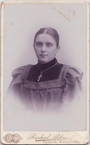 Emma Dieckhoff. Um 1895. Fotograf: Raphael Peters, Rostock.