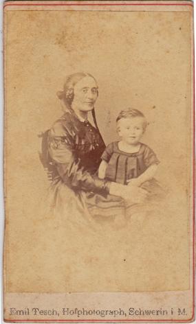Christian und seine Mutter Emma Dieckhoff, wohl 1871. Fotograf: Emil Tesch, Schwerin.