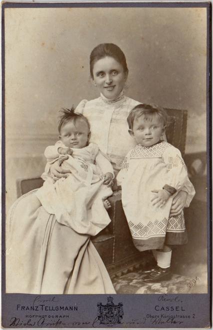 Emma, wohl mit ihren Söhnen Emil und Karl im Jahr 1903. Fotograf: Franz Tellgmann, Kassel.