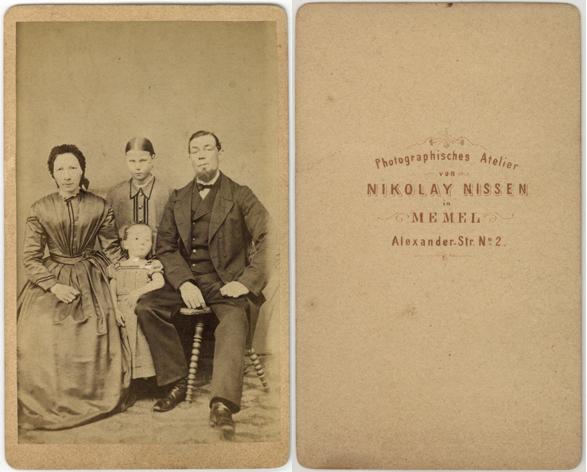 Photographisches Atelier von Nikolay Nissen. Memel. Alexander-Str. 2. Visitformat