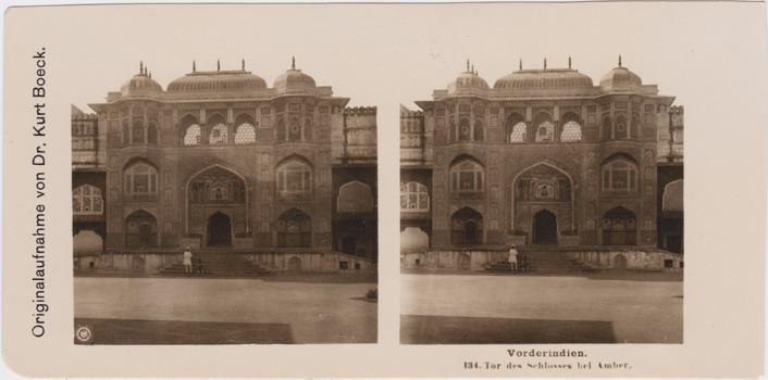 Vorderindien. 134. Tor des Schlosses bei Amber. Originalaufnahme von Dr. Kurt Boeck. Stereofotografie. Logo der NPG in der linken unteren Ecke des linken Bildes