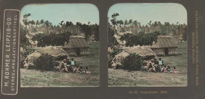 "63. Tonga-Inseln. Dorf. Kolorierte Stereofotografie. Unter dem Aufkleber ""M. Rohmer…"" Neue Photographische Gesellschaft A.G. Steglitz-Berlin"