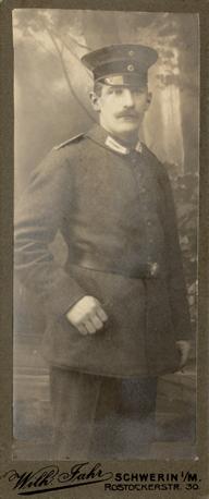Wilhelm Jahr. Rostocker Str. 30a. 1912-18. Schmales Visitformat. Rückseite blanko