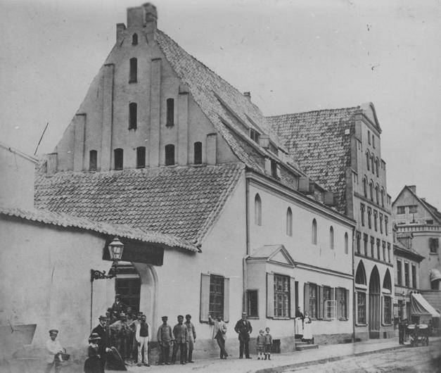 Ansicht von Süd-West. Das Traufenhaus in der Bildmitte ist die Nr. 33, das Giebelhaus dahinter die 34. Reproduktion