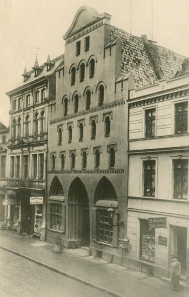 Kröpeliner Str. 33a-35, um 1897. Das Giebelhaus in der Bildmitte (Kröpeliner Str. 34) ist im Vergleich zum obigen Bild das einzig erhalten gebliebene Haus.