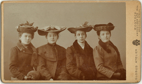 Louise (ganz links) mit Freundinnen. Visitformat