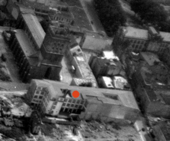 Vorn im Bild das Warenhaus. Gekennzeichnet der Standort des früheren Fotoateliers. Gut zu erkennen auch die Jakobikirche und rechts oben das Hauptgebäude der Universität. Luftaufnahme von 1944. Ausschnitt. © Foto Marburg