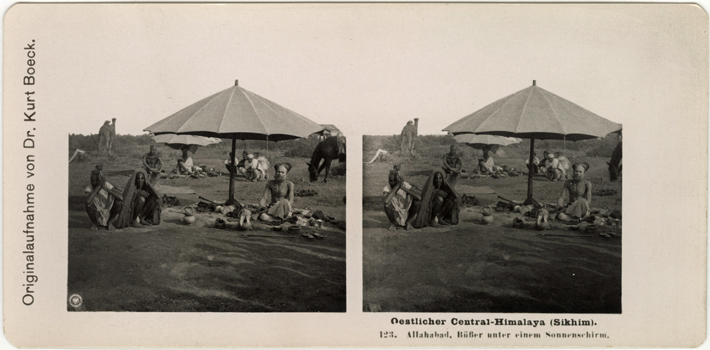 Oestlicher Central-Himalaya. 123. Allahabad. Büßer unter einem Sonnenschirm. Originalaufnahme von Dr. Kurt Boeck. Stereofotografie. Logo der NPG in der linken unteren Ecke des linken Bildes