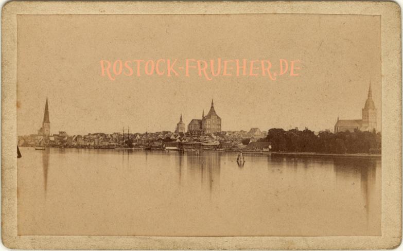 Gesamtansicht vom Gehlsdorfer Ufer gesehen; rückseitig handschriftlich auf 1879 datiert; Visitformat; Rückseite siehe A5