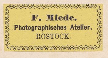 A3: Rückseitig angebrachtes Etikett; ohne Atelierbezeichnung; verwendet bei Kabinett- und Großformaten; 1870er Jahre, wahrscheinlich parallel zu A2