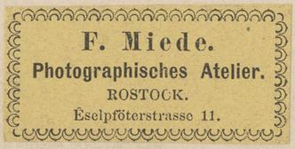 """A2: Rückseitig angebrachtes Etikett; mit Atelierbezeichnung """"Eselpföterstrasse 11""""; verwendet bei Kabinett- und Großformaten; 1870er Jahre"""