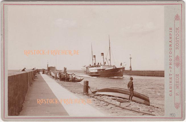 "An der Mole. Dampfer ""König Christian"". 1890er Jahre. unten rechts Prägung ""H. Koch 1900"". Kabinettformat, Rückseite blanko. © Sammlung Jörg Utpatel"