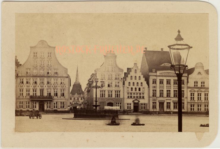 Neuer Markt, Südseite, 1860er Jahre; Visitformat, Rückseite siehe A1