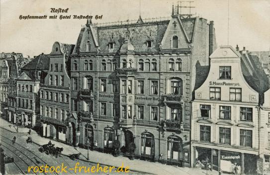 Hopfenmarkt mit Hotel Rostocker Hof. 1915 gelaufen. Die Aufnahme entstand im Zeitraum 1907/09.