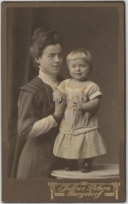 Julius Peters. Bergedorf. Die abgebildete Frau wohnte übrigens um 1900 in Rostock.
