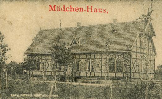 """Mädchen-Haus. Links unten der Schriftzug """"RAPH. PETERS. ROSTOCK. 1894"""""""
