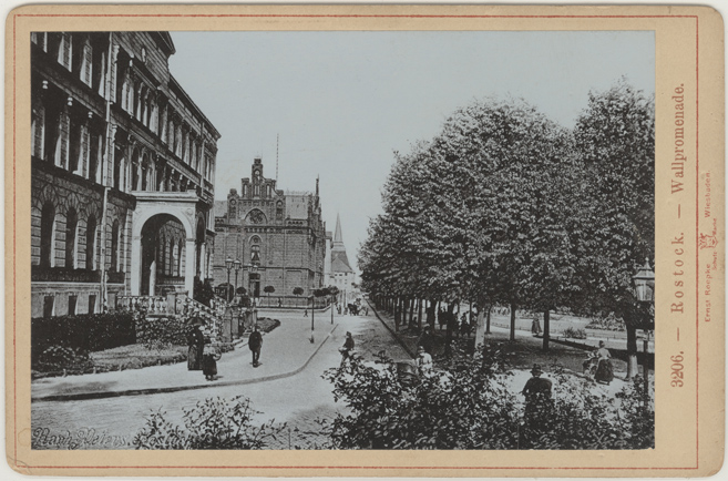 """Wallpromenade. Lichtdruck von Roepke, Wiesbaden. Links unten im Bild die mitkopierte Prägung """"Raph. Peters. Rostock"""""""
