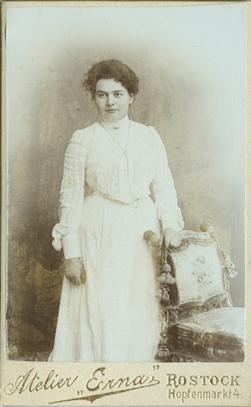 Visitformat. Rückseite ohne Atelieraufdruck, handschriftlich im August 1904 datiert.