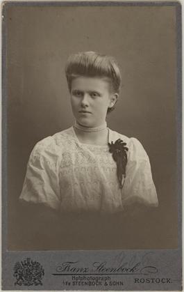 Visitformat, Rückseite blanko, handschriftlich auf 1906 datiert