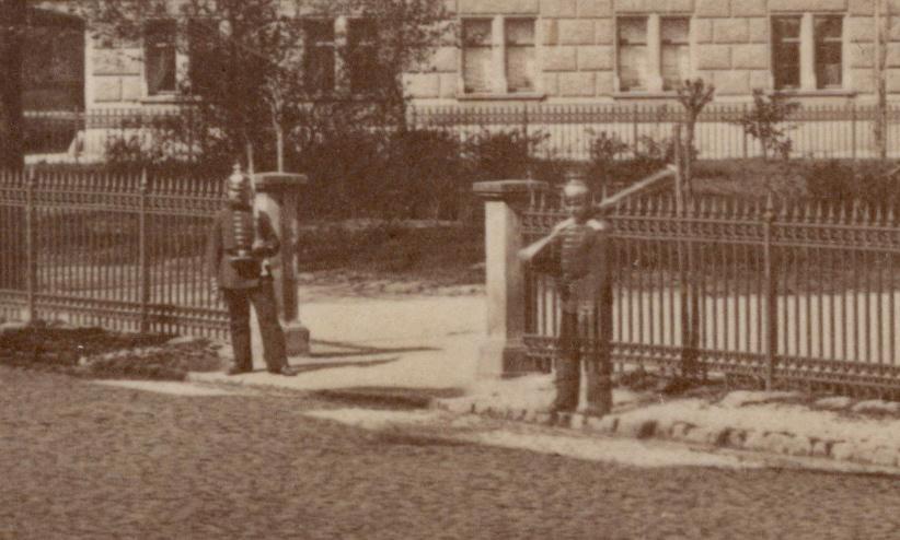 Musste die eingezäunte Grünfläche bewacht werden? Oder ist es die abgelöste Wache vom Großherzoglichen Palais?