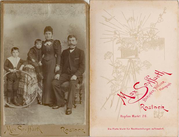"""Kabinettformat. Darstellung verkleinert. Seyffarth führte die Bezeichnung """"Berliner Atelier"""" von der vorherigen Inhaberin Adolfine Arnold fort."""
