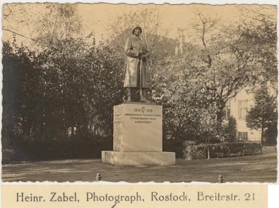 Denkmal für die im 1. Weltkrieg Gefallenen des Füsilier-Regiments Nr. 90. Bildhauer: Wilhelm Wandschneider. 1926 gelaufen. Rückseitiger Namensaufdruck vergrößert dargestellt
