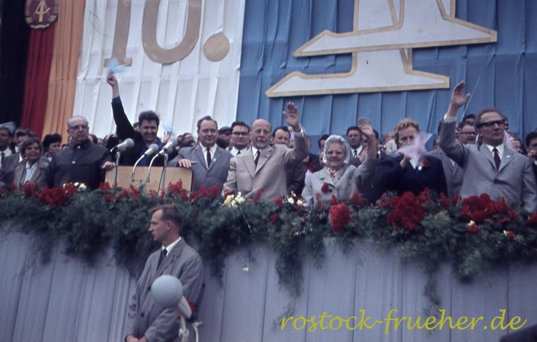 Die Ehrentribüne. Der winkende Herr ist Günther Jahn, Vorsitzender der FDJ, rechts dabneben Harry Tisch, FDGB, Walter Ulbricht, seine Frau Lotte (?), eine mir unbekannte Frau und ganz rechts Erich Honecker