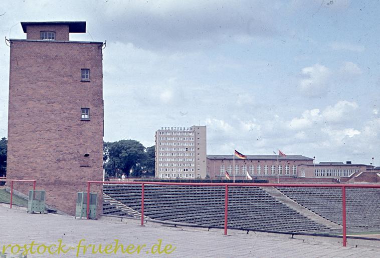Ostseestadtion. Nordtribüne und Sprecherturm
