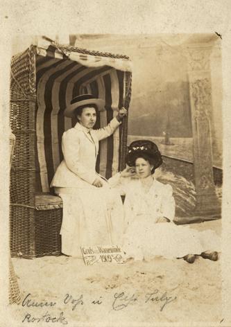 Vor den Damen ein Schild: Gruß aus Warnemünde. Reuter phot. 1909. Fotopostkarte, Rückseite blanko